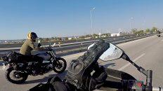 Die linke zum Gruß - zum ersten Mal gerate ich in eine Gruppe anderer Motorrad-Reisender. (Foto: Ruti)