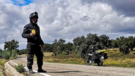 Stolz posiere ich mit dem Pass der Estrada Nacional 2. (Foto: Ruti)