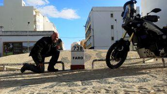 Stolz wie Oskar posieren Luzy und ich am Ende der Nationalstraße 2 in Faro. (Foto: Ruti)