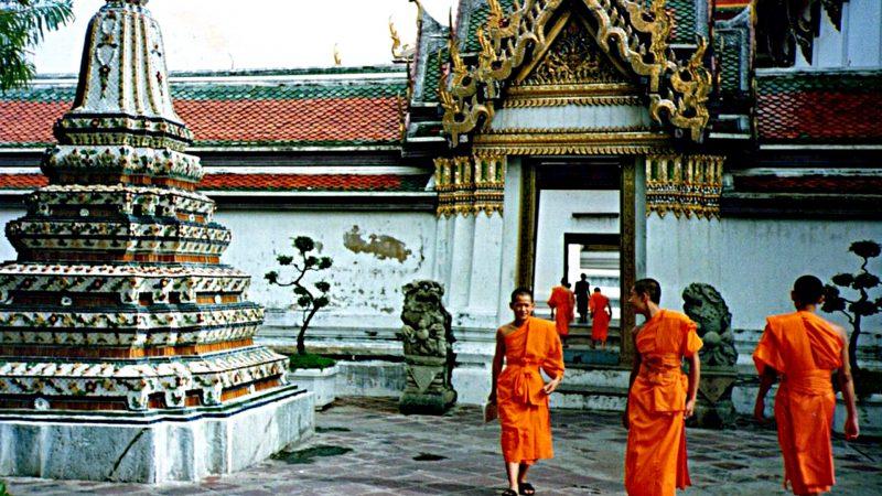 Mönche im Wat Pho in Bangkok 1993 (Foto: Ruti)