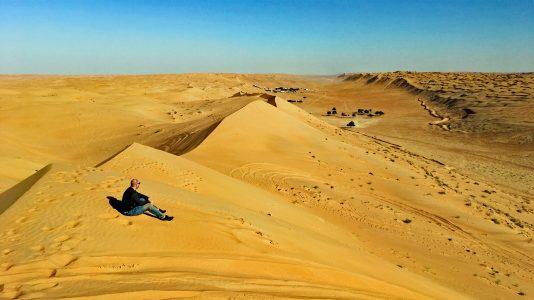 Die Wüste des Omans und ich mittendrin. (Foto: Ruti)
