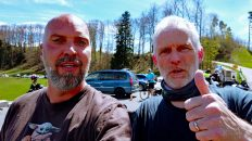 Jörn (re.) ist mein Bunk-a-Biker- Gastgeber in der Schweiz. (Foto: Ruti)